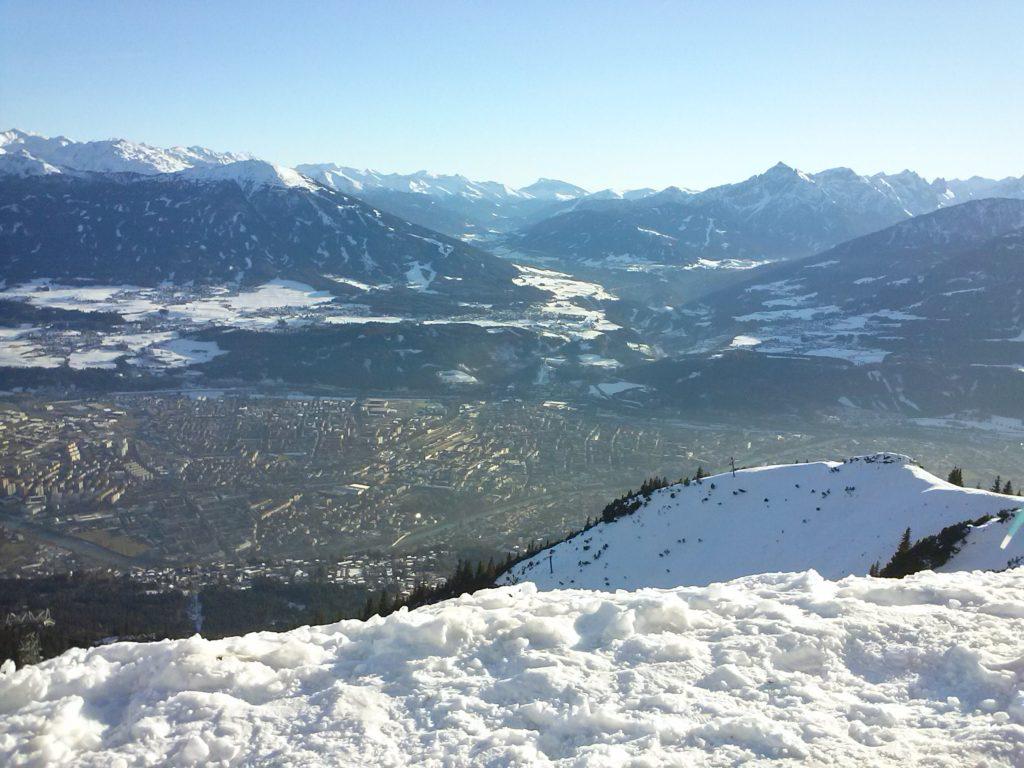 Las imponentes montañas arropan a la ciudad dos veces olímpica. FOTO: E.Esporrín