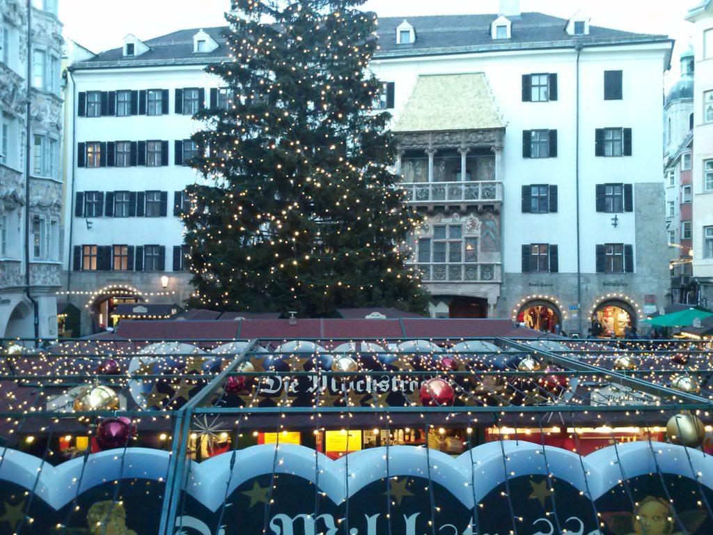 El mercadillo de Navidad del casco antiguo de Innsbruck, delante del Tejadillo de Oro FOTO: E. Esporrín