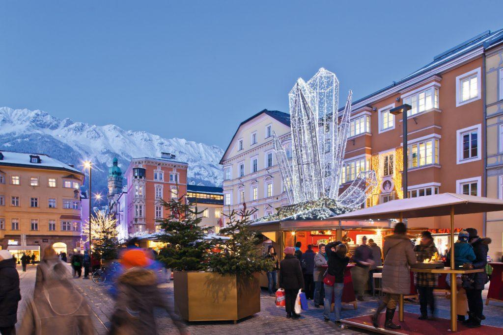 La la atractiva calle comercial de Maria Theresien con el mercadillo de Navidad FOTO: Innsbruck.info