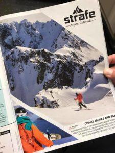 Pete Gaston de Strafe Outerwear observando fotos de su viaje a Noruega