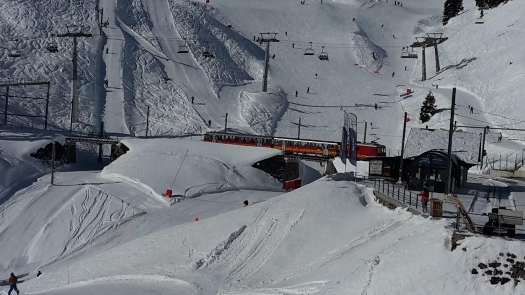 El tren desde Ginebra acerca a los esquiadores hasta las mismas pistas