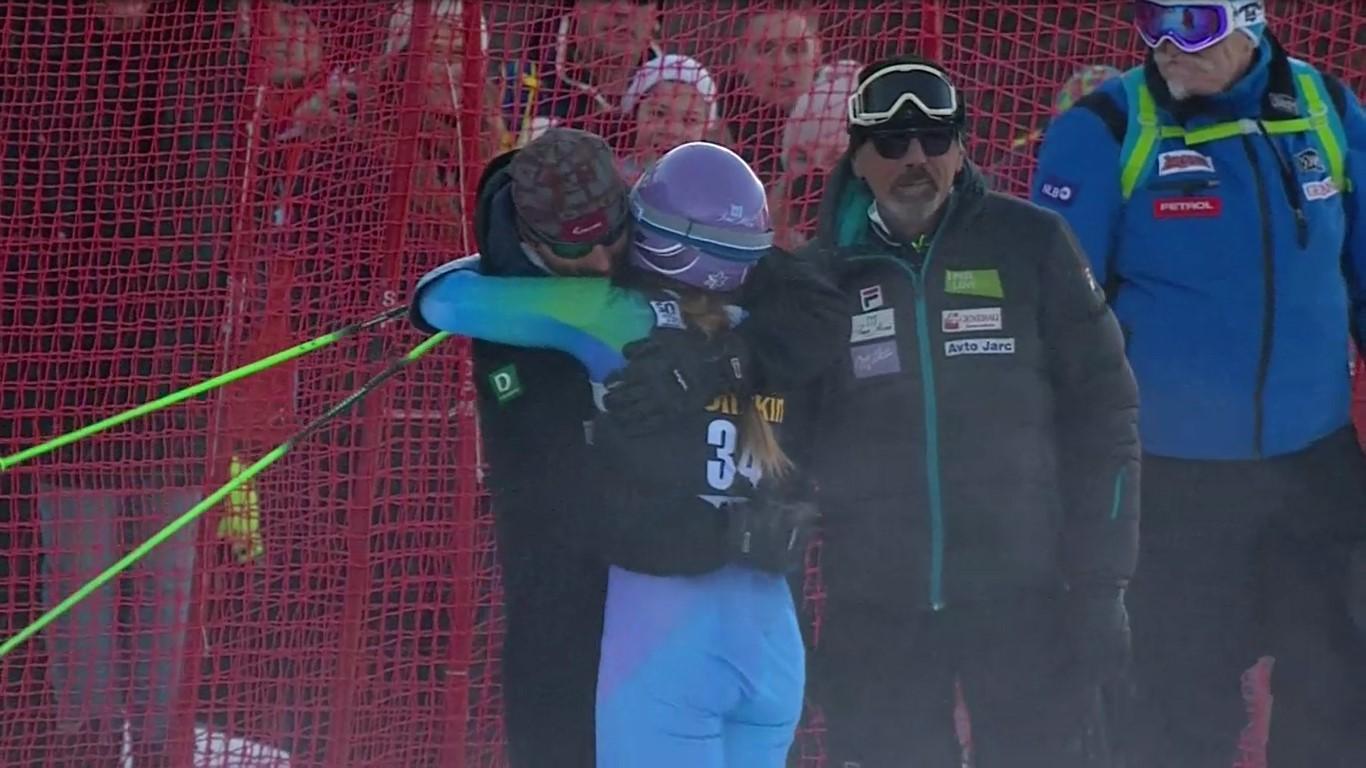 Tina Maze se paró a mitad de carrera para abrazarse a sus entrenadores FOTO: Eurosport