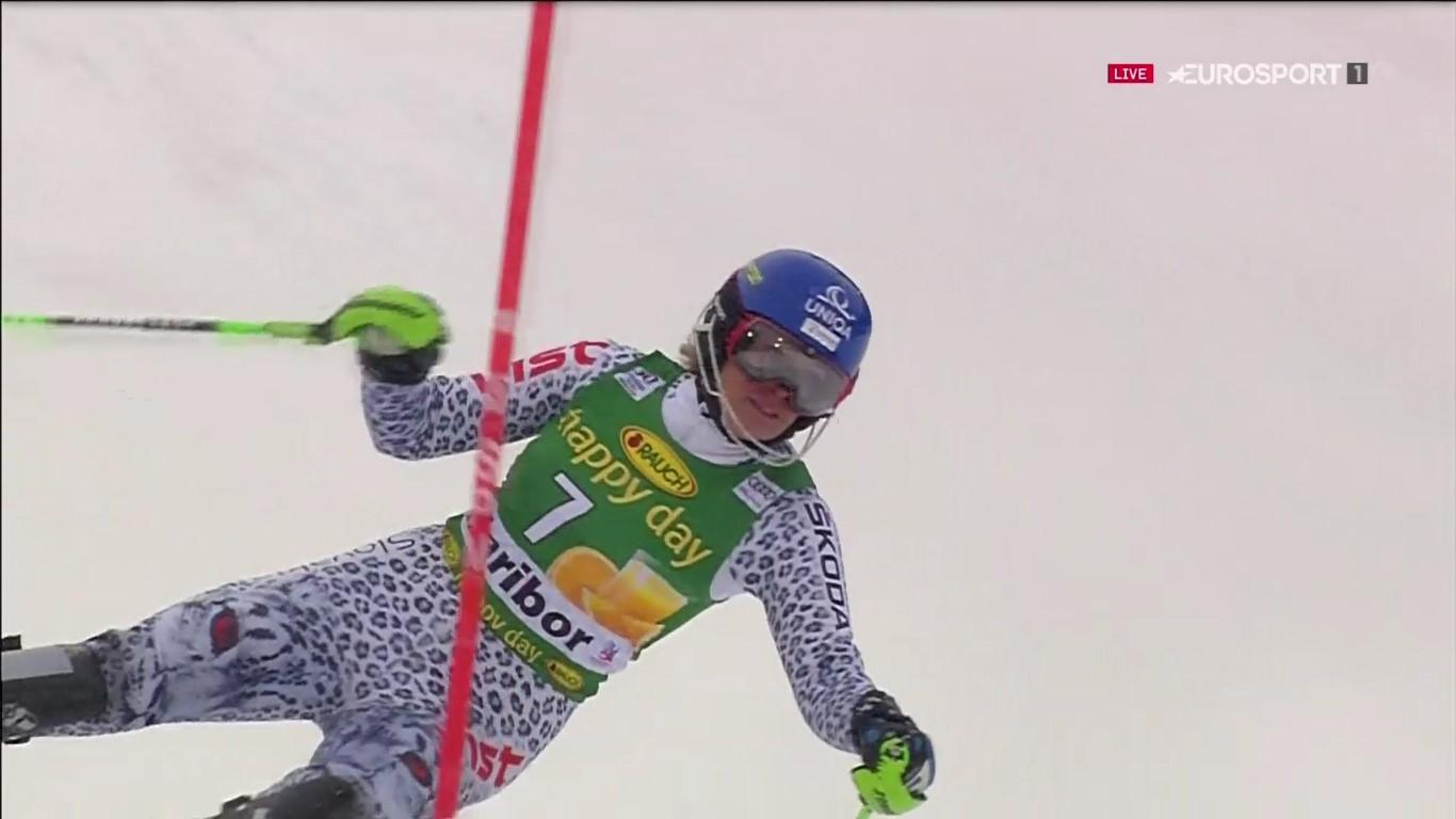 Veronika Velez Zuzulova se fue al suelo en la primera manga y dejó vía libre a Shiffrin FOTO: Eurosport