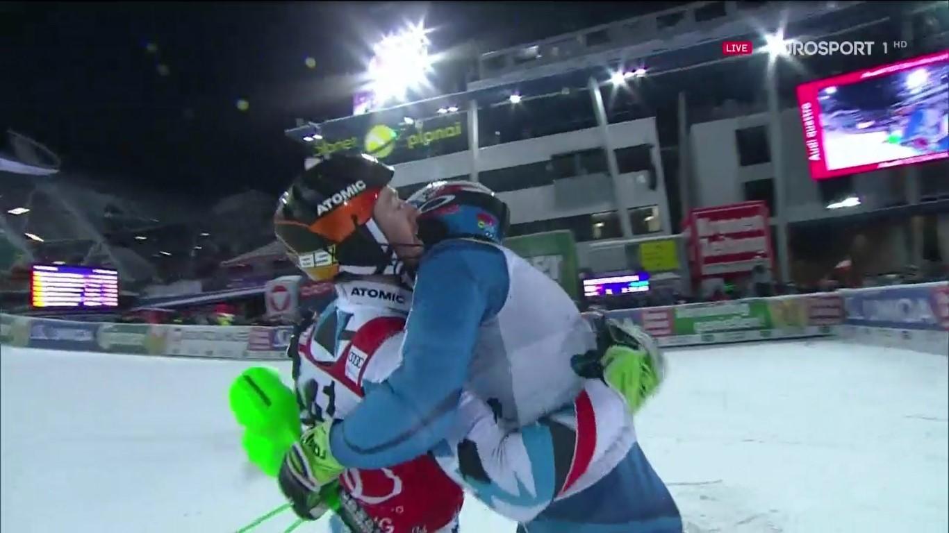Hirscher y Kristoffersen, los dos protagonistas de lanoche, se abrazaron al término del slalom FOTO: Eurosport