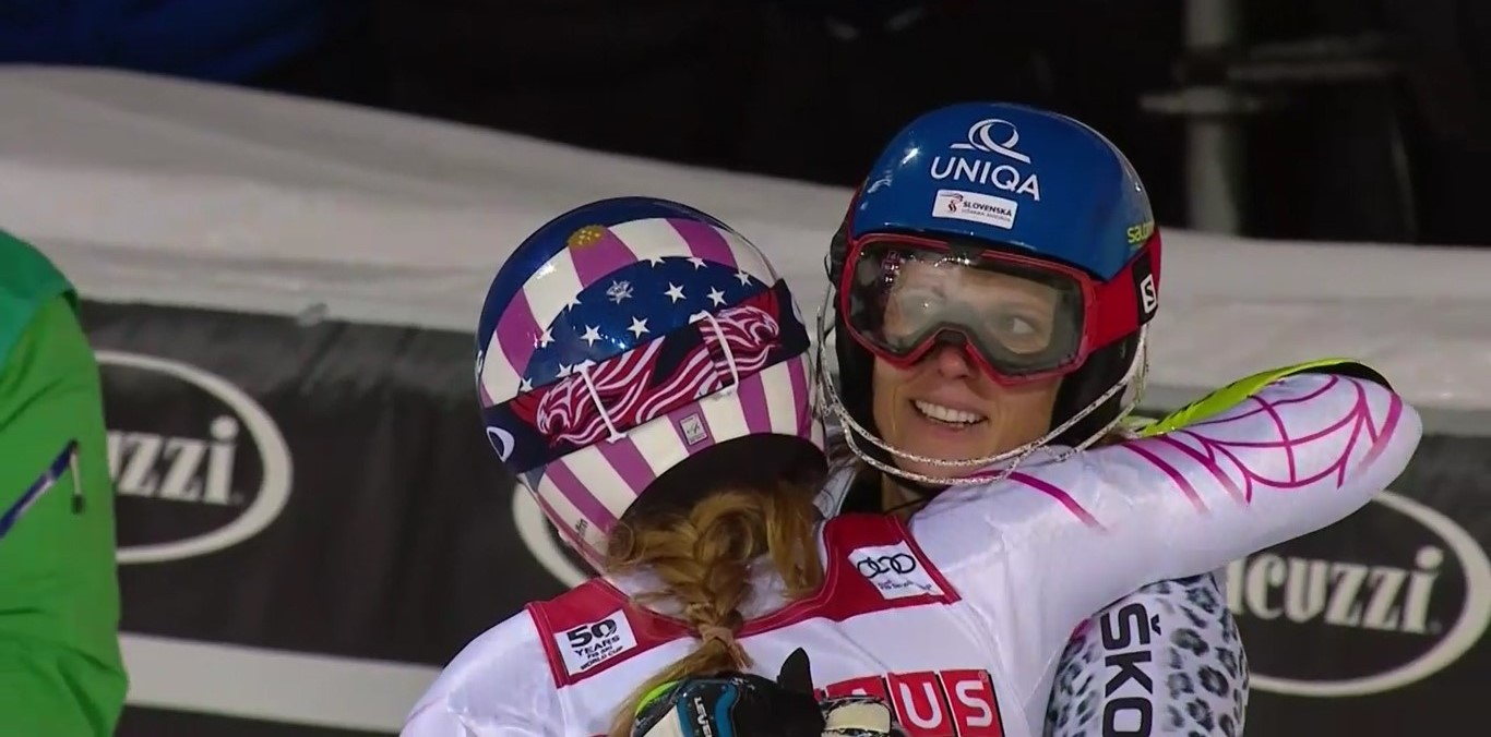 Veronika Velez Zuzulova felicita a Mikaela Shiffrin por su victoria FOTO: Eurosport