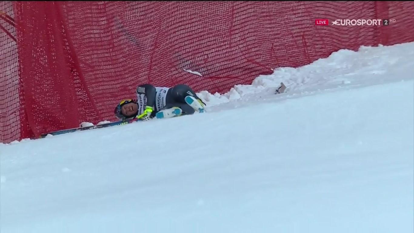 Valentin Giraud Moine, en el suelo tras sufrir la violenta caída que le ha ocasionado la fractura de ambas piernas FOTO: Eurosport