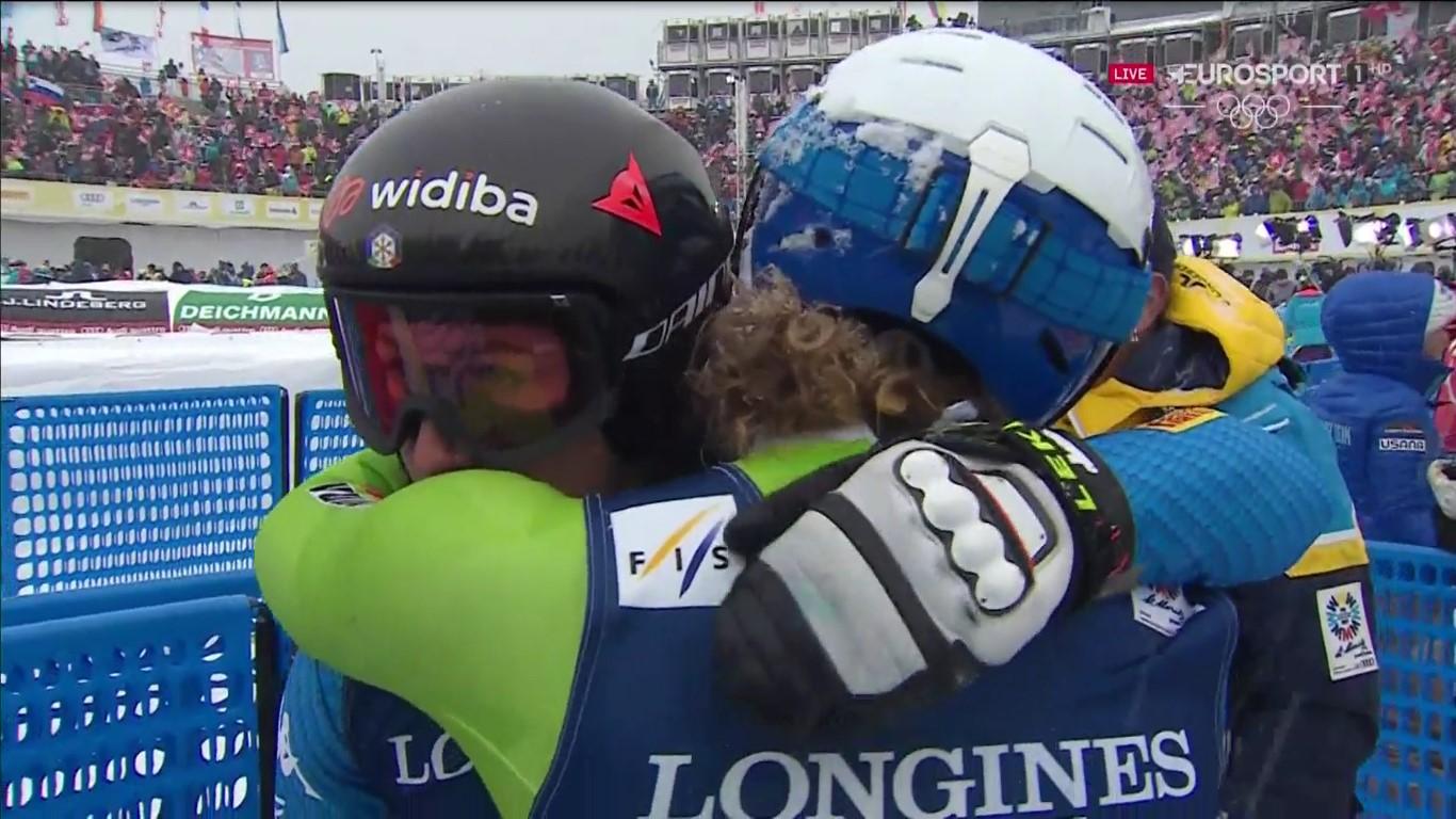 Goggia y Stuhec se consuelas tras haber perdido su oportunidad de medalla al caerse en el slalom FOTO: Eurosport