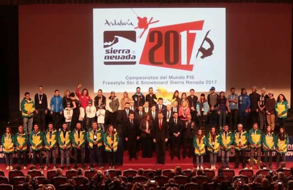 El rey Felipe VI junto a la presidenta de la Junta de Andalucía, Susana Díaz, en la foto de familia durante la ceremonia inaugural de los Campeonatos del Mundo de Snowboard y Freestyle Ski Sierra Nevada 2017