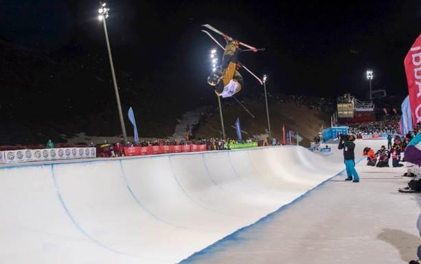 La modalidad de half pipe con esquís es una de las más espectaculares del Freestyle Ski