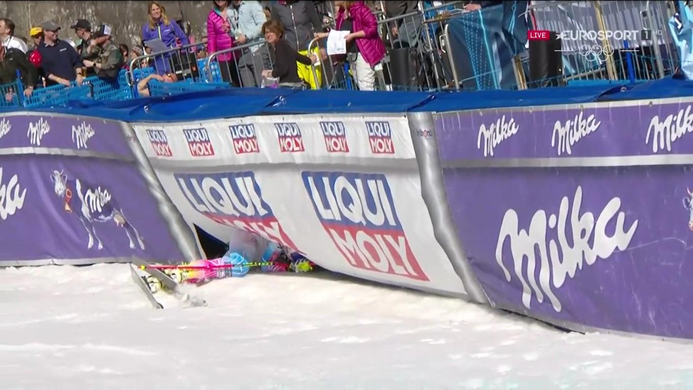Lindsey Vonn, segunda, ha acabado tras las vallas publicitarias tras cruzar la meta FOTO: Eurosport