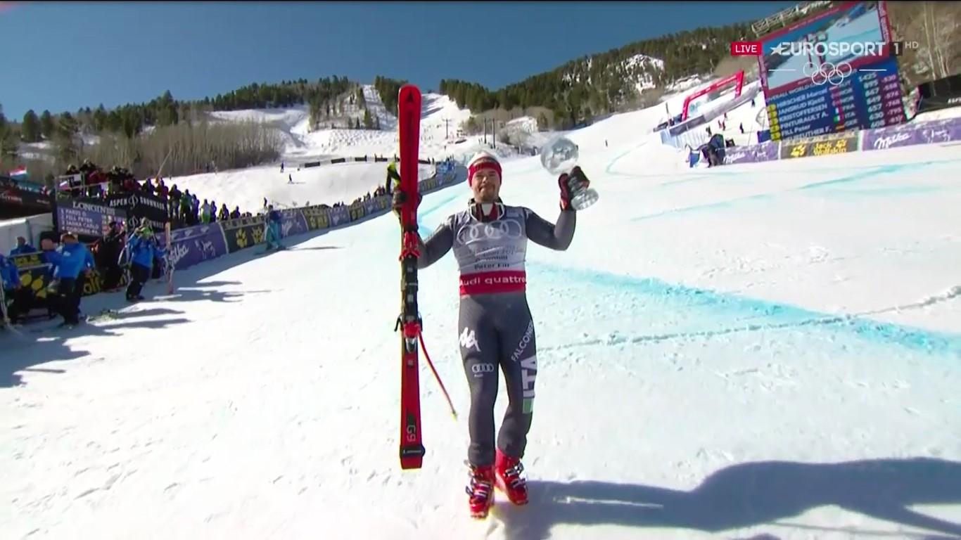 Peter Fill exhibe sonriente su segundo Globo consecutivo de descenso FOTO: Eurosport