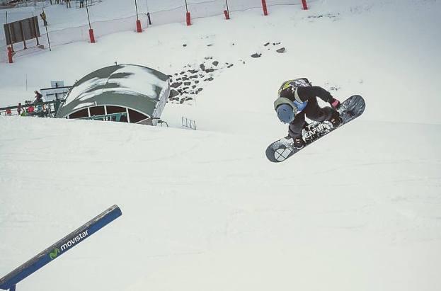 Un snowboarder disfrutando de la nieve de Aramón esta mañana