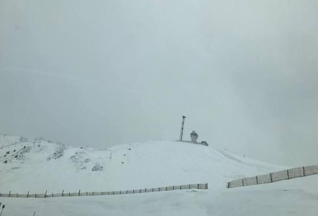 El port d'Envalira, visto desde Grandvalira, lucía así de blanco hoy miércoles