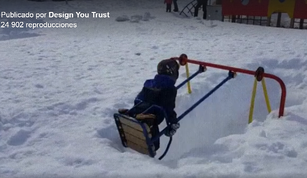 El columpio de este parque Ruso, totalmente colgado de nieve