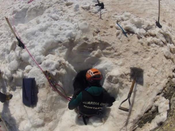 Los miembros del Greim tuvieron que realizar un agujero en la nieve de unos dos metros para salvar al montañero