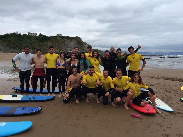 los 18 deportistas y 10 técnicos de los equipos de snowboard, alpino, fondo y freeski viajarán hasta Santander para participar en el Surf Camp