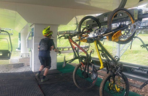 Los remontes de la estación han cambiado los esquís por las bicicletas