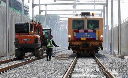 Trabajadores ferroviarios inspeccionan la vía férrea entre Wonju y Gangneung