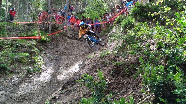 Un rider durante el descenso en Valllnord