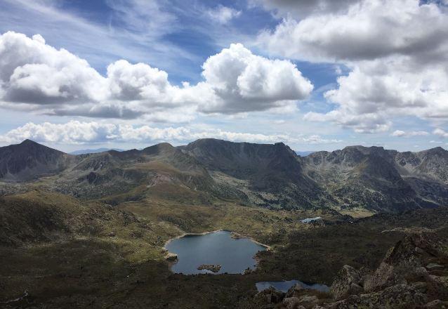 Cualquiera de los itinerarios está salpicado de lagos que acompañan a los senderistas en verano