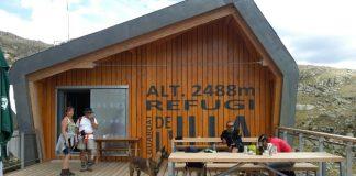 El Refugio de l'Illa se ubica a casi 2.500 m de altitud en un paraje de belleza excepcional