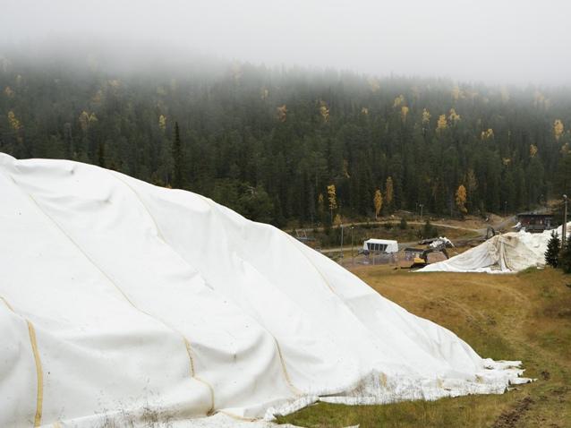 Los técnicos proceden a sacar las lonas que han resguardado la nieve los últimos meses