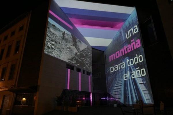 El logo ha sido proyectado sobre las paredes del Centro Federico García Lorca de Granada