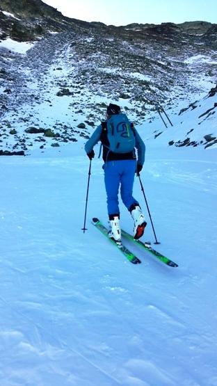 Un esquiador en plena subida