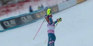Mikaela Shiffrin saluda a su afición tras ganar el slalom de Killington con total autoridad