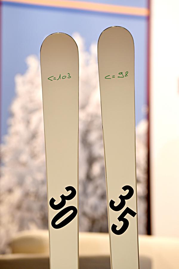 Esquí de 35 metros de radio de curva y el de 30 que se utiliza a partir de esta temporada en las competiciones de gigante masculino  Crèdit ©Agence Zoom