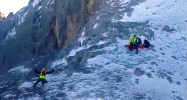 Resbaló en el hielo y se precipitó desde una altura de varios metros en Peña Castil