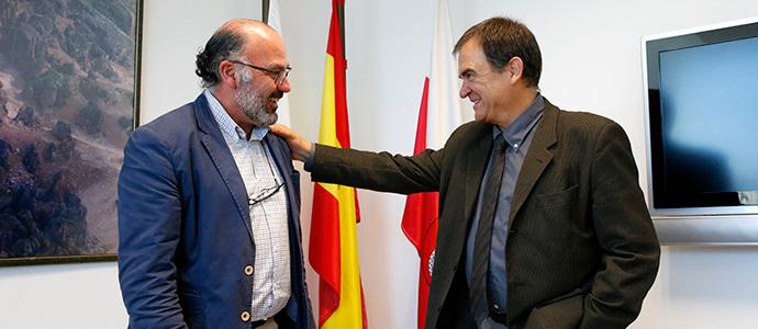 l director de Cantur, Javier Carrión (izquierda) conversa en su despacho con Juan Antonio Font