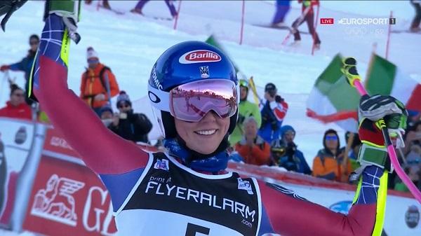 Mikaela Shiffrin saluda después de obtener la victoria en el gigante de Courchevel
