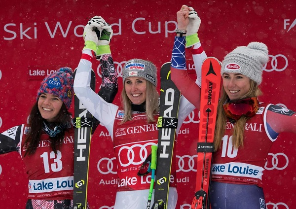 Cornelia Huetter celebra su victoria rodeada por Tina Weirather y Mikaela Shiffrin, sorprendente tercera en su primer podio en la disciplina