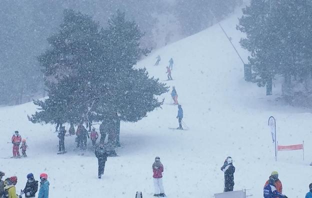 La nieve también ha llegado a las pistas de Masella