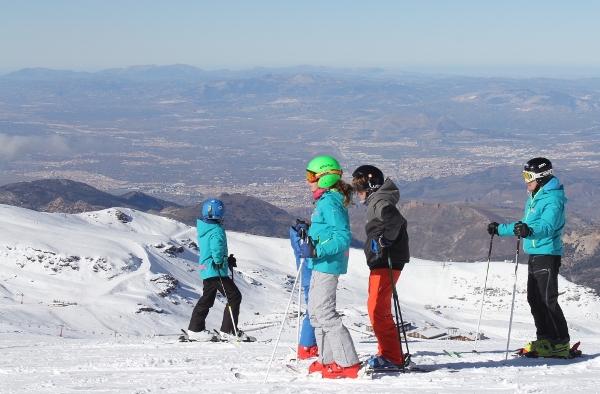 Las pistas invernales granadinas está a punto de recibir el gruesos de esquiadores