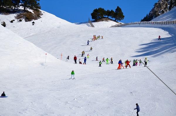 Los parques infantiles de Bqueira Beret enseñan a los más pequeños a familiarizarse con la nieve en zonas reservadas para que puedan realizar sus primeros descensos