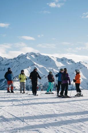 Un grupo de esquiadores en Panticosa