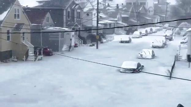 El hielo ha dejado decenas de coches estacionados entre el hielo de las calles