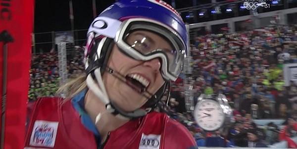 Mikaela Shiffrin da rienda suelta a su alegría al comprobar que ha logrado la victoria en el slalom nocturno de Flachau