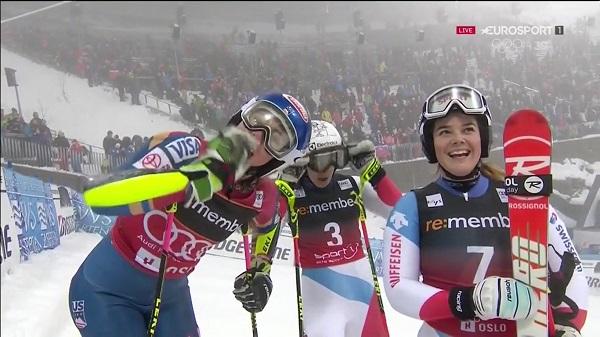 Shiffrin saluda junto a Melanie Meillard y Wendy Holdener, con las que compartió el podio