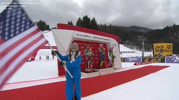 Mikaela Shiffrin escucha el himno de Estados Unidos desde lo más alto del podio de Kranjska Gora