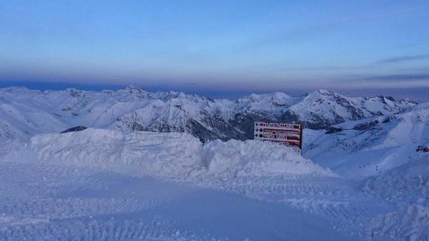 La nevada tapa incluso los paneles de las pistas de Boí Taüll