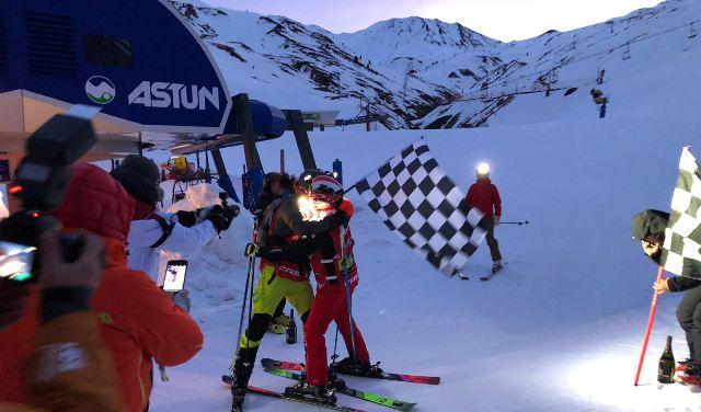 El campeón del mundo de trail running y el periodista comieron y bebieron en el telesilla para no bajar de rendimiento durante el reto.