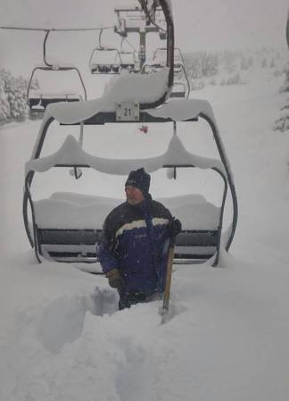 Un operario retira la nieve de un telesilla de La Pinilla