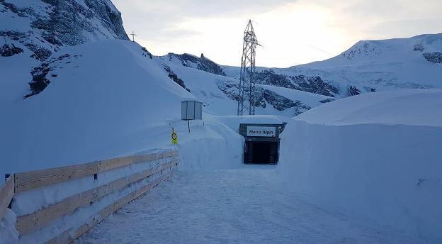 Entrada al metro alpin de Saas Fee (Suiza)
