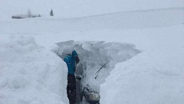Un turista busca su coche por debajo los metros de nieve de Tignes