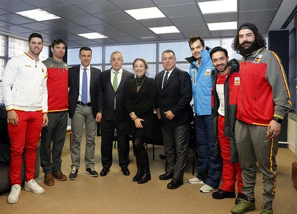 Los deportistas, con los presidentes federativos FOTO: COE