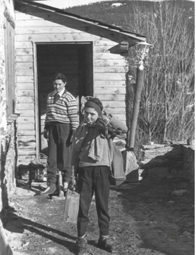 Primera Aventura. Antonio Campañá,con su hermana Montse,saliendo de su casa de La Molina para ir a Núria a participar en el Campeonato de España de slalom en 1957. Foto: Campañá