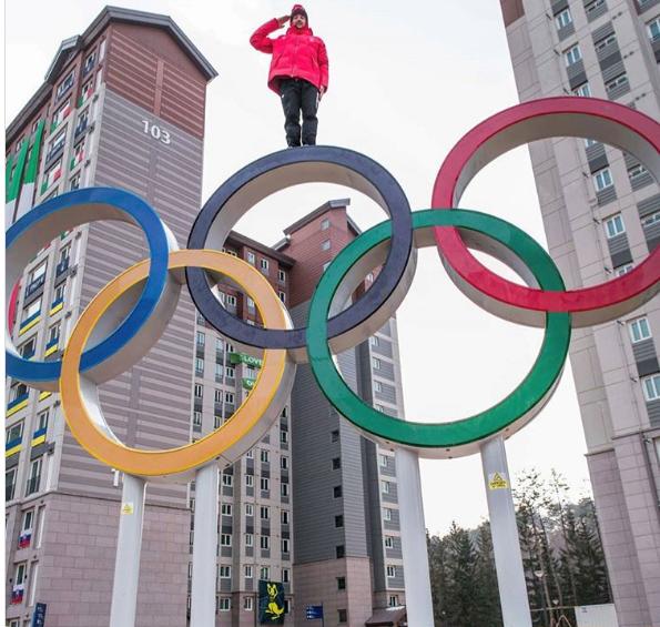 El freestyeler suizo se hizo una foto en lo alto de las anillas olímpicas